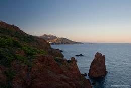 Der auch Kathedrale genannte aus dem Meer ragende Felsen am Cap Dramont am Abend