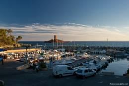 Abendlicher Blick über den Hafen Port du Poussaï in Le Dramont bis zur Île d'Or im Hintergrund