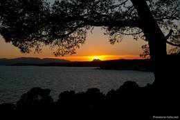 Blick vom Cap Dramont auf den Sonnenuntergang genau über dem Rocher de Roquebrune