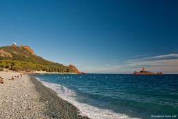 Blick vom Strand Plage du Débarquement zum Cap Dramont, rechts die Île d'Or
