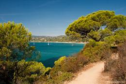 Der Wanderweg mit Blick auf das Mittelmeer