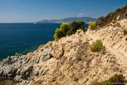 Der Wanderweg zum Cap Lardier ist abwechslungsreich, kahle Felsen und dichtere Vegetation wechseln sich ab