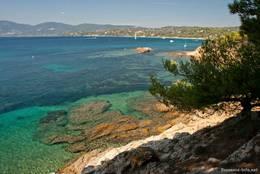 Das Wasser des Mittelmeeres entlang der Küste des Cap Lardier ist wunderschön klar