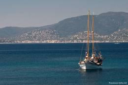 Ein Segelschiff vor der Küste