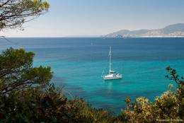 Auch mit dem Segelboot wird das Cap Lardier erkundet