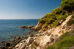 Rechts der schmale Wanderweg, links das Mittelmeer