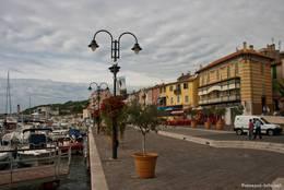 Promenade am Hafen von Cassis mit einigen sehr schönen Häusern