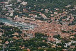 Blick von oben bzw. vom Mont de la Saoupe auf das Stadtzentrum von Cassis