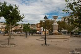 Der Platz Georges Clemenceau mit Brunnen in der Nähe des Hafens