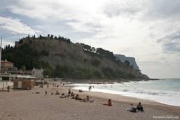 Der Strand von Cassis, dahinter auf dem kleinen Berg das alte Schloß