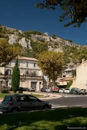 Anblick des Colline Saint-Jacques von der Stadt, im oberen Teil des Hügels erkennt man auch die kleine Kapelle