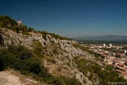 Rechts sieht man die Häuser von Cavaillon, links die kleine Kapelle Saint-Jacques, im Hintergrund erkennt man schemenhaft den Mont Ventoux