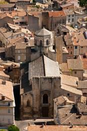 Blick von oben auf die Kathedrale Saint-Véran und die umliegenden Häuser der Altstadt von Cavaillon