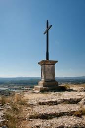 Kreuz auf dem Hügel Saint-Jacques, im Hintergrund sieht man das Tal der Durance