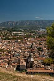 Blick über Cavaillon bis zu den Bergen des Kleinen Luberon