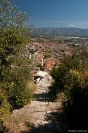 Teil des Weges auf den Hügel Saint-Jacques, im Hintergrund erkennt man die Häuser von Cavaillon