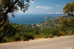 Blick vom Col du Candel auf das an der Küste unterhalb des Passes liegende Rayol-Canadel-sur-Mer