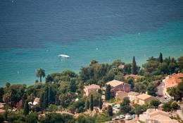 Aussicht von Col du Canadel auf die Küste des Mittelmeeres vor Rayol-Canadel-sur-Mer mit ihrem azurblauen Wasser