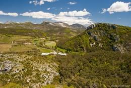 Teil der Aussicht vom Hügel oberhalb des Dorfes, der Blick ist gerichtet auf die Berge der Provenzalischen Voralpen
