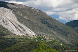Ausblick von Comps-sur-Artuby in Richtung des Dorfes Bargème, wie in anderen Teilen der Provence auch, sieht man immer wieder mal durch Waldbrände zerstörte Wälder und damit kahle Berghänge