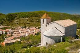 Blick von der Kirche Saint-André hinunter in das Dorf Comps-sur-Artuby