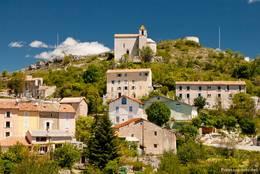 Die Kirche Saint-André thront oberhalb der Häuser des Dorfes Comps-sur-Arthuby