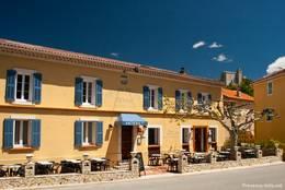 Kleines Hotel mit Restaurant an der Hauptstraße in Comps-sur-Artuby