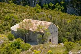 Die Kapelle Saint-Jean etwas abseits des Dorfzentrums am Hang hinunter zum Fluss Artuby