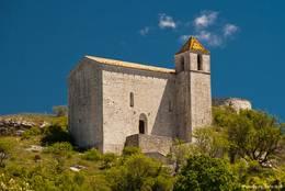 Die Kirche Saint-André oberhalb von Comps-sur-Artuby