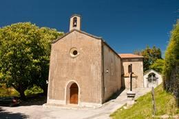 Die Kirche Sainte-Philomène im unteren Teil des Dorfes