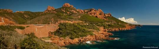 Zwischen den rötlichen Bergen des Esterel und dem Blau des Mittelmeeres verläuft die Küstenstraße Corniche d'Or