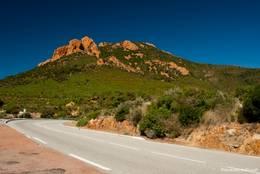 Entlang der Straße rücken auch immer wieder die wunderschönen rötlichen Berge des Esterel in das Blickfeld
