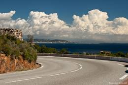 Entlang der Corniche d'Or blickt man oft direkt von der Straße auf das Mittelmeer