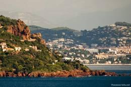 An den Felsen links verläuft die Corniche d'Or oberhalb der Häuser und bietet wunderschöne Ausblicke auf das Meer