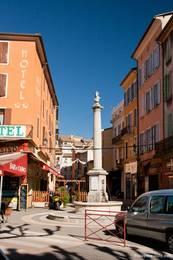 Brunnen an einer Gasse in der Altstadt von Digne-les-Bains