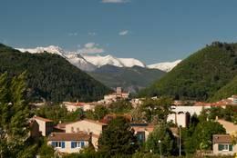 Blick über Digne-les-Bains, im Hintergrund schneebedeckte Gipfel der Alpen