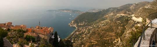 Panoramaausblick über die Dächer von Èze auf das Mittelmeer, im Hintergrund das Cap Ferrat
