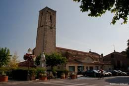 Die Kirche St. Jean-Baptiste aus dem 18. Jahrhundert prägt den kleinen Ort Fayence