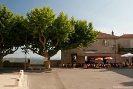 Neben der Kirche findet man an einem kleinen Platz eine kleine Bar, daneben zwischen alten Platanen einen schönen Ausblick