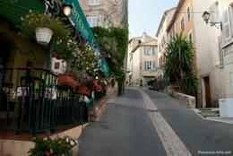 Kleine Restaurants säumen die zum Teil etwas steileren Straßen in Fayence