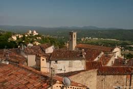 Über den Dächern von Fayence reicht der Blick nicht nur bis zur Kirche St. Jean-Baptiste, sondern auch ins benachbarte Tourrettes mit dem Château du Puy und weit in die Landschaft des Hinterlandes der Côte d'Azur