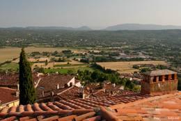 Blick über die Dächer von Fayence Richtung Tal und hinein in die weite Landschaft