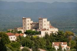 Ausblick von Fayence ins unmittelbar benachbarte Tourrettes mit dem Château du Puy