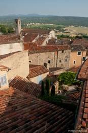 Blick über die Dächer von Fayence zur Kirche