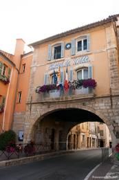 Durch diesen Torbogen gelangt man in die Altstadt von Fayence, gleichzeitig ist das Gebäude das Rathaus