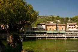 Der Fluss Sorgue im Zentrum von Fontaine-de-Vaucluse