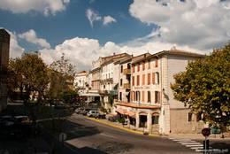 Das Zentrum von Forcalquier, der Boulevard des Martyrs de la Résistance
