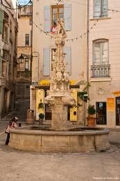 Wunderschöner Brunnen am Place Saint-Michel, die Skulptur an der Spitze ist der heilige Michael