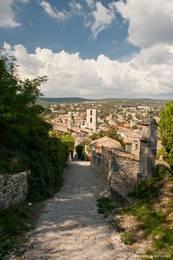 Weg von der Kapelle Notre-Dame-de-Provence hinab zur Altstadt von Forcalquier