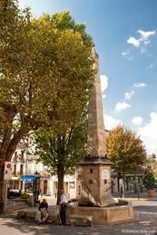 Brunnen mit Säule vor der Kathedrale